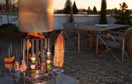 Das Feuerrohr verbindet Ästhetik mit Feuerarten für ganz unterschiedliche Grillvorgänge oder zum Kochen.