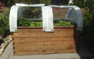 Hochbeete aus Holz und Sichtschutzzäune aus Weide und Robiniengeflecht