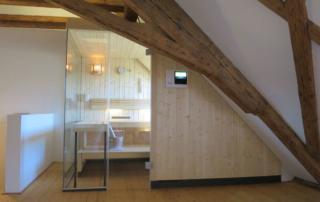 Die massgeschneiderte Sauna im 300-jährigen Gebälk des Bauernhauses