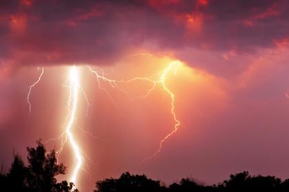 Die BfB warnt: Blitze als Brandherd