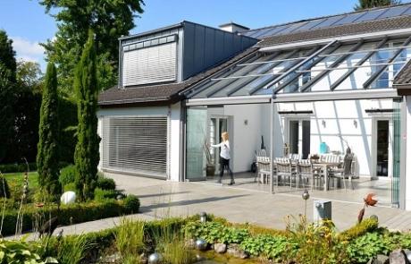 Mit einem windgeschützten Glashaus wird die Terrasse ganzjährig nutzbar